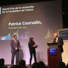 Patrice Courvalin, Jury President, presents the 'Grand Prix' of the 'Fondation de France' to Erwan Bézard.